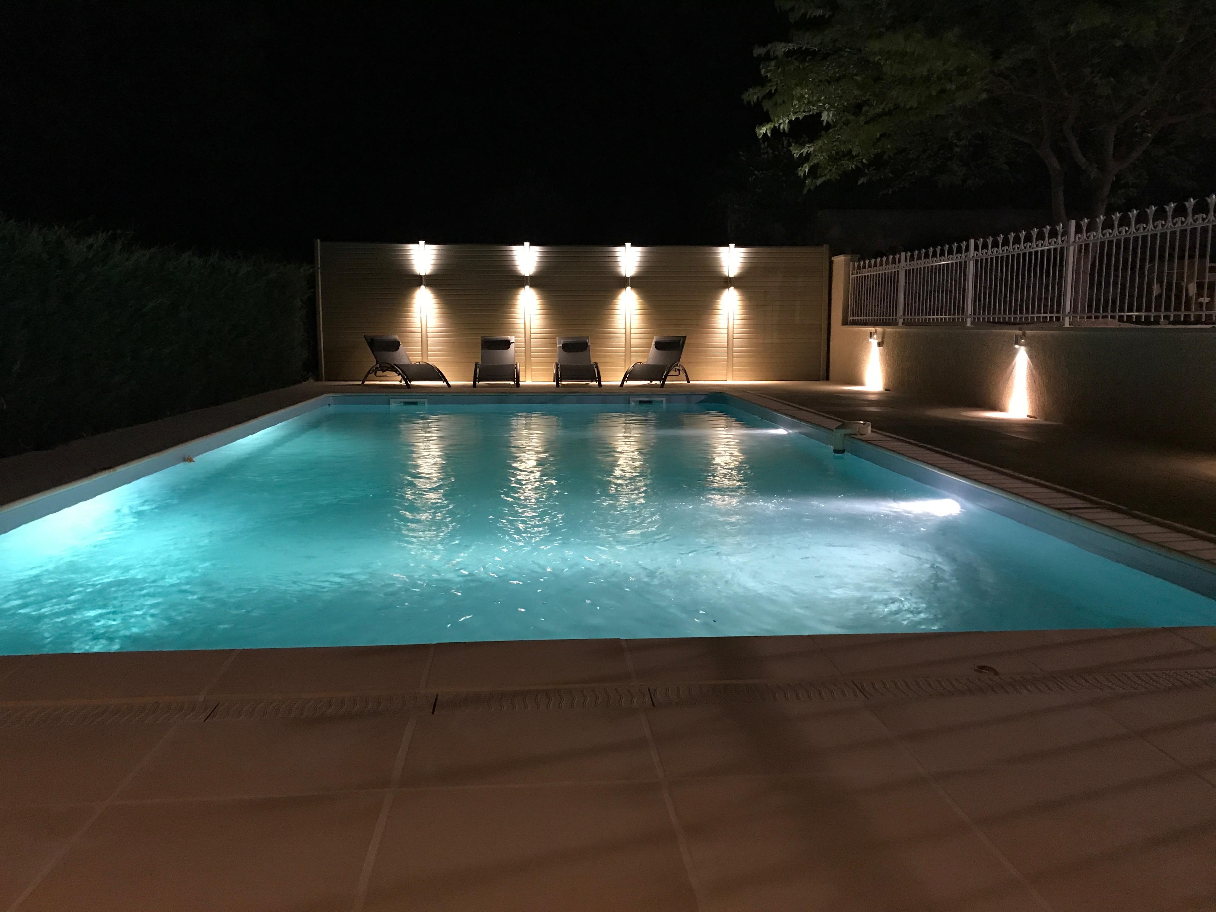 zwembad verlicht nachtfoto